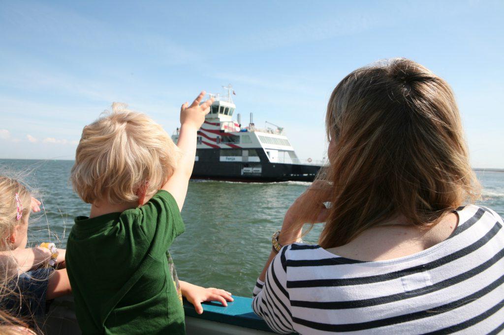 Überfahrt nach Fanø - Kind winkt anderer Fähre zu