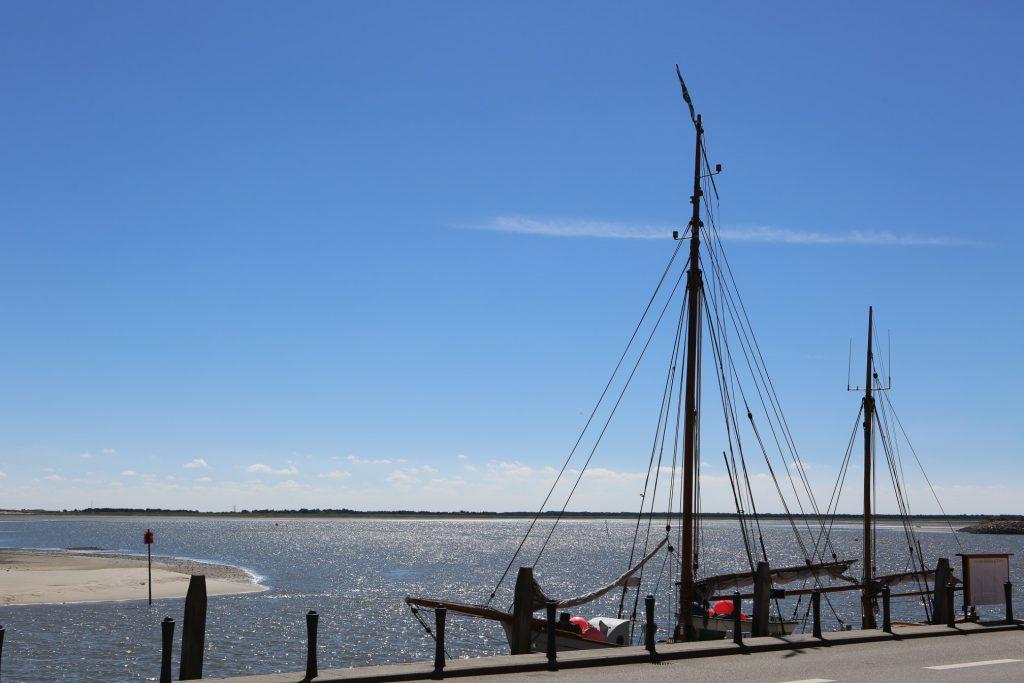 Der Hafen von Nordby auf Fanø. Segelschiff am Kai.