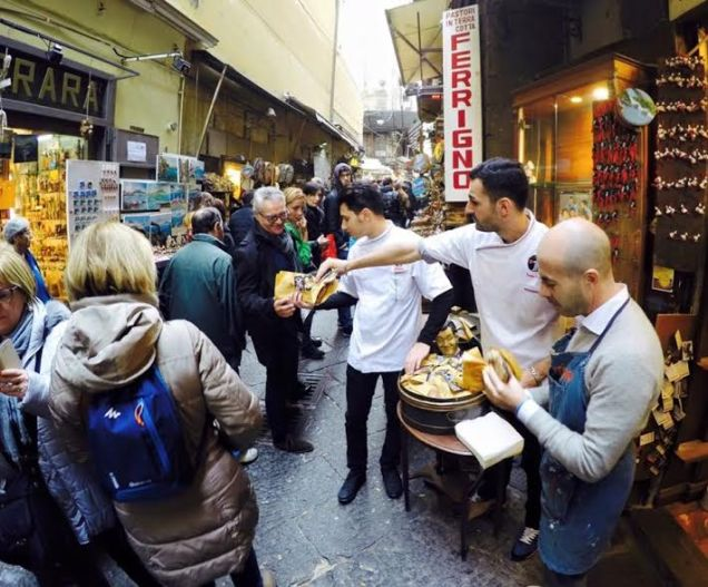 Napoli: A San Gregorio Armeno pizze a portafoglio gratis!