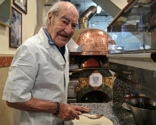 Il pizzaiolo più anziano di Napoli compie 90 anni