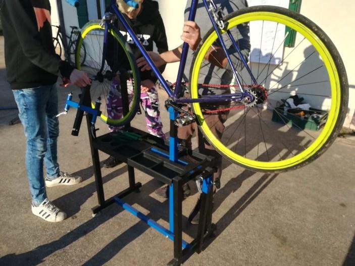 I giovani trevigiani imparano a riparare le biciclette