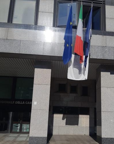 Consiglio regionale della Campania espone drappo bianco per il 23 maggio
