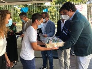 Chirurghi neoassunti consegnano 4000 euro di doni a ragazzi autistici