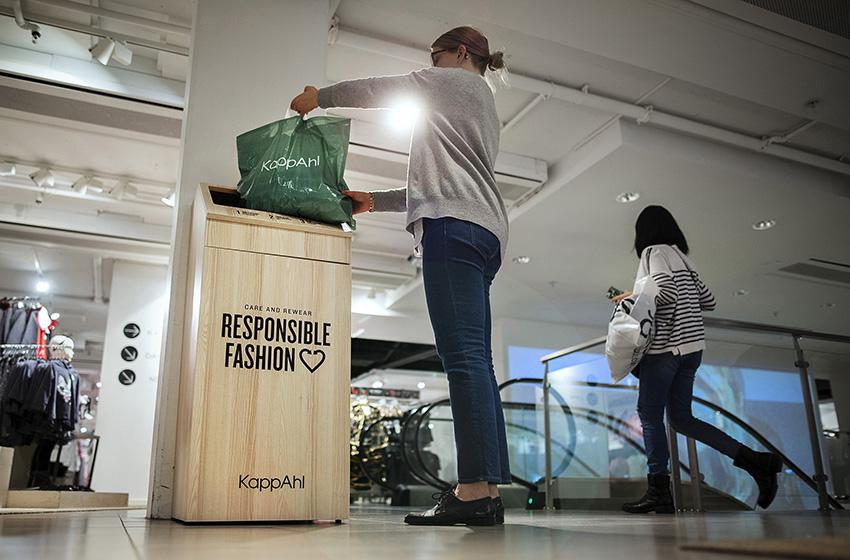 KappAhl textilinsamling. Klädåtervinning i butik. Care and rewear.