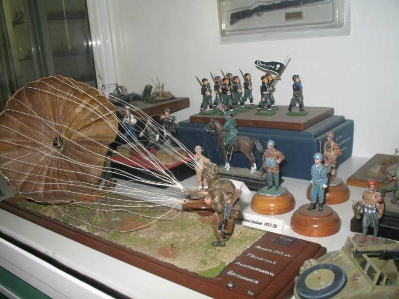 Un particolare del museo, dei soldatini in miniatura in pose belligeranti, ci sono i fanti, i paracadutisti e un cavaliere