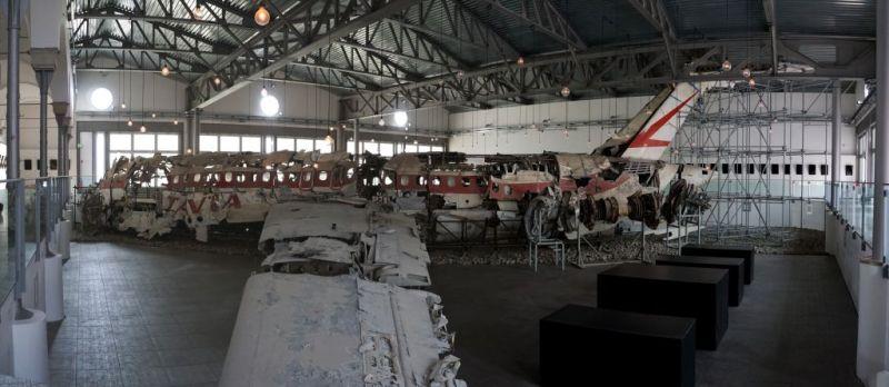 In foto l'installazione dell'artista Boltanski: al centro il DC9 abbattuto, intorno 81 specchi neri e altrettanti altoparlanti che sussurranno frasi angoscianti.
