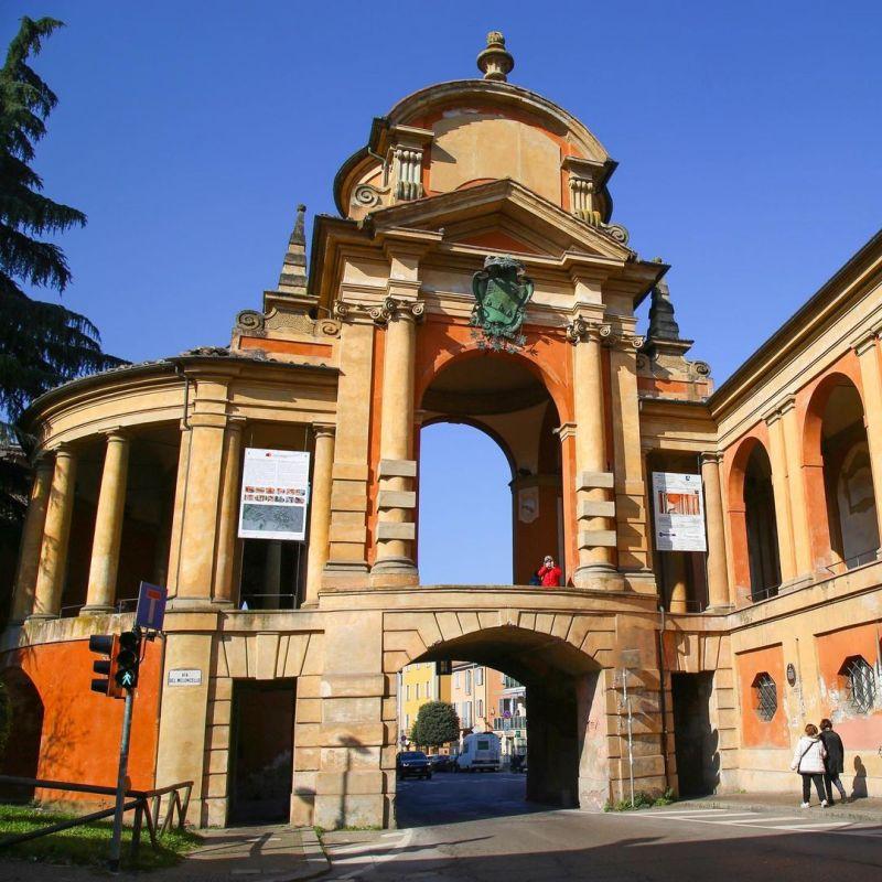 In foto, l'Arco del Meloncello, l'elegante cavalcavia che raccorda i portici in piano con quelli in salita che portano a San Luca.