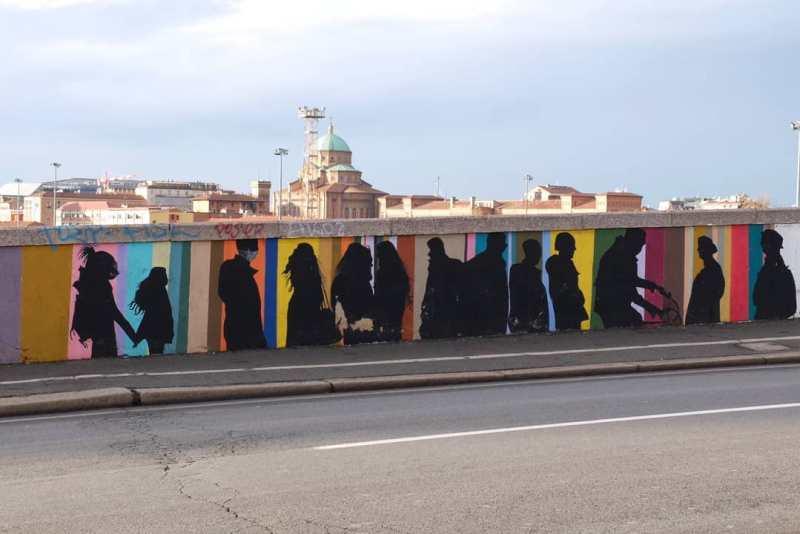 Scorcio del ponte di via Stalingrado con murales di ombre di persone.