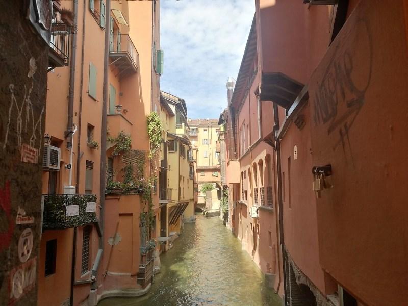 Tra le 10 cose particolari da fare a Bologna c'è sicuramente l'andare alla scoperta dei sette segreti di Bologna. In foto, la vista sul canale delle Moline dalla finestrella di via Piella.
