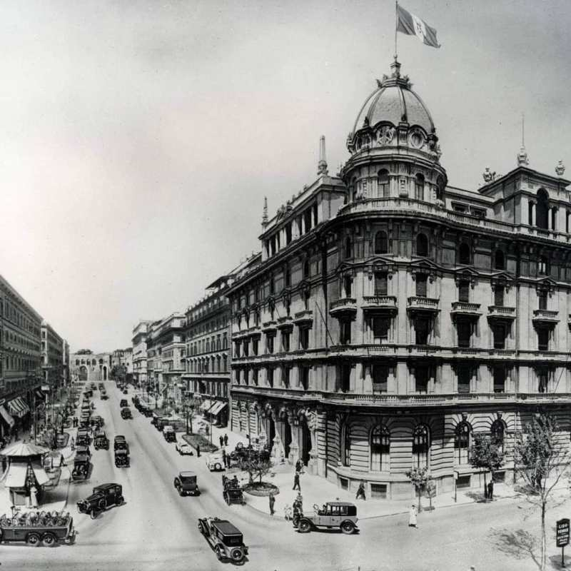 Per Roma negli anni: 10 scatti dal 1900 ad oggi si è scelta una foto di Via Veneto e del Gran Hotel Excelsior nel 1934 c.a