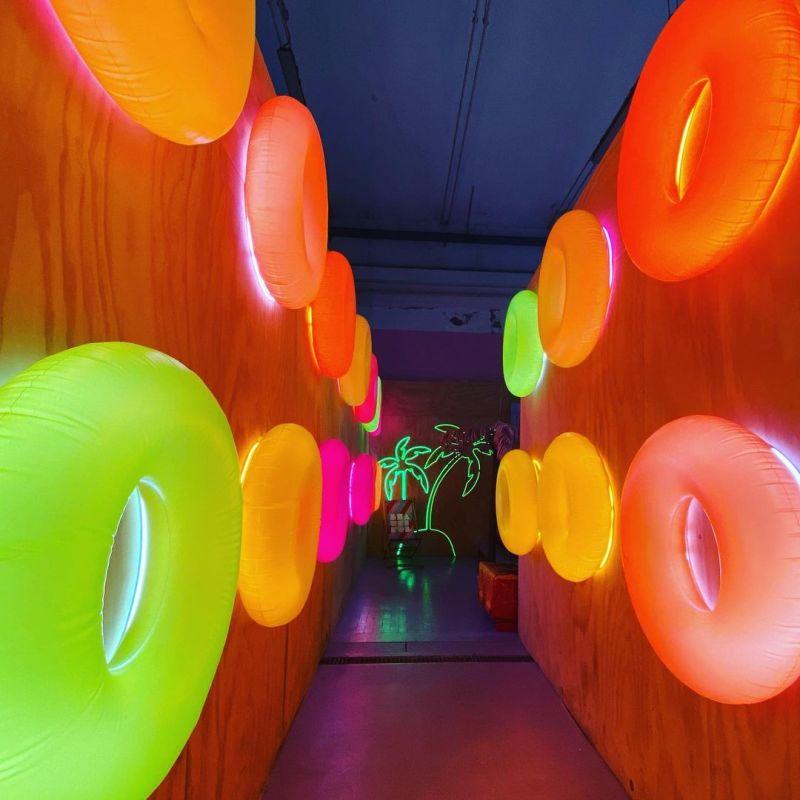 Tra luci e colori della Beautufl Gallery, la prima interactive fun-house di tutta Europa.