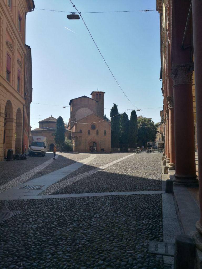 """Ultima tappa del nostro itinerario di Bologna in un giorno è piazza Santo Stefano. Questo luogo accoglie un complesso unico al mondo conosciuto con il nome di """"Sette chiese""""."""