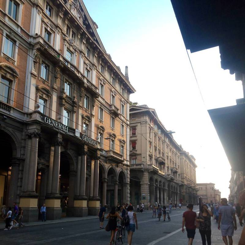 Via Rizzoli, una strada del centro storico di Bologna.