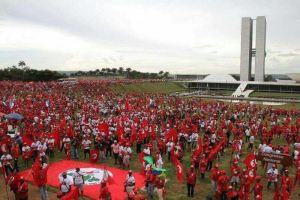 MST, darbe ihtimali karşısında federal eyalet Brasilia'da parlemento önünü işgal ederek kamp kurdu.
