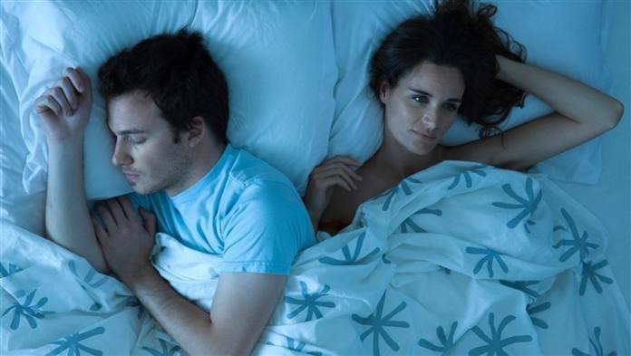 المرأة تفقد 3 ساعات من النوم كل ليلة بسبب الزوج