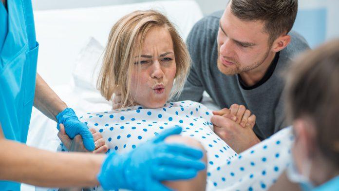 هل وجود الزوج مع زوجته أثناء الولادة يخفف آلامها؟