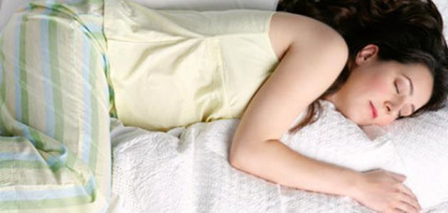 وضعية النوم هذه من أسباب ظهور التجاعيد المبكرة