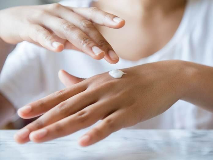 وصفات سريعة لتنعيم اليدين وشدها