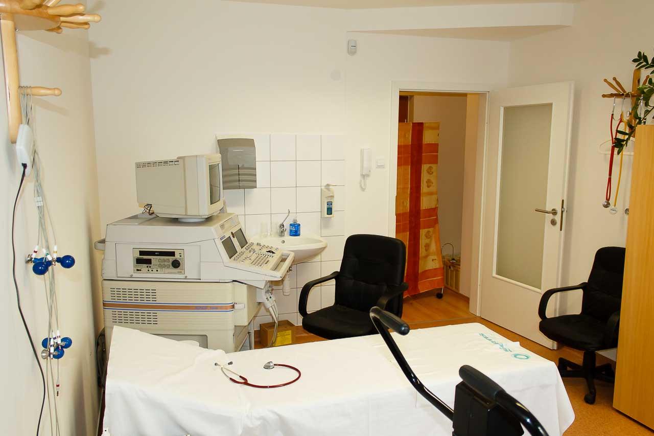 kép a kardiológiai magánrendelőröl rajta a vizsgáló ággyal és az EKG géppel