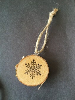 #DIY Rustic Wood Slice Ornaments by April Wilson for #LoveYourLifeFriday at karenehman.com. Click here for tutorial.