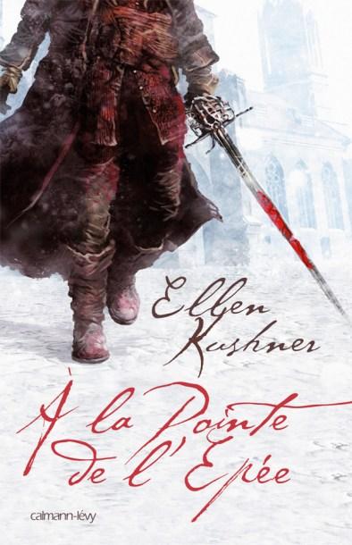 Couverture de l'édition française, montrant un bretteur habillé à la mode 18e siècle, tenant à la main une épée ensanglantée et marchant dans une rue enneigée. Des batiments se discernent en arrière plan.