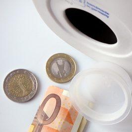 """Spardose """"Buddhy"""" aus Porzellan mit Geldschein und Münzen, Ansicht von unten, Deckel geöffnet"""