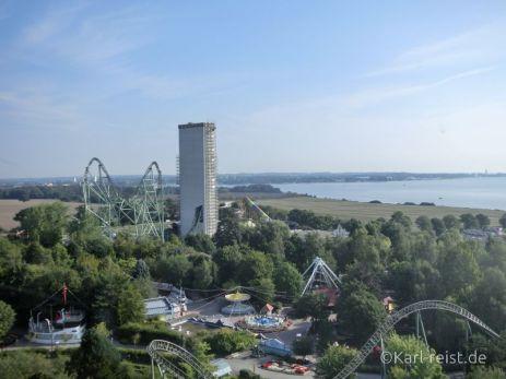 Hansapark Aussicht über die Ostsee und die Fahrattraktion Schwur des Kärnan