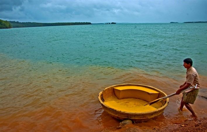 Green water and Red soil in Honnemoredu. Photographer Sarthak Banerjee