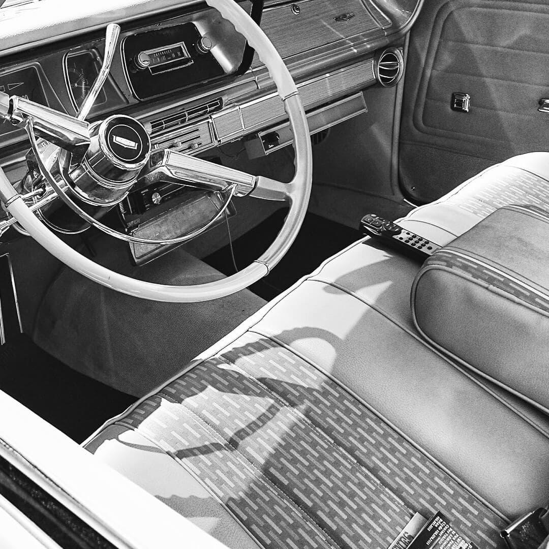 US-Cars, Sattlerarbeiten für Armaturenbrett, Seitenverkleidung und Sitze
