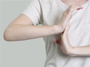 Frau macht Dehnübungen für Handgelenk