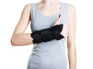 Frau trägt Unterarmschiene zur Stabilisierung