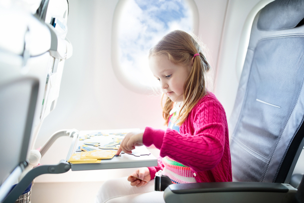 girl on plane plays traveling game