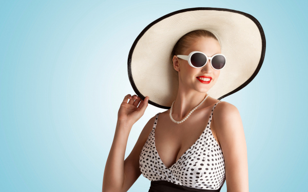 Картинка Гламурная девушка в шляпе и солнцезащитных очках ...