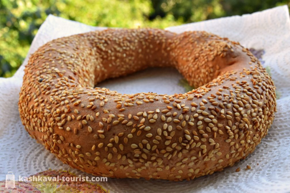 Sesame-covered wreath of crispiness: gevrek and simit