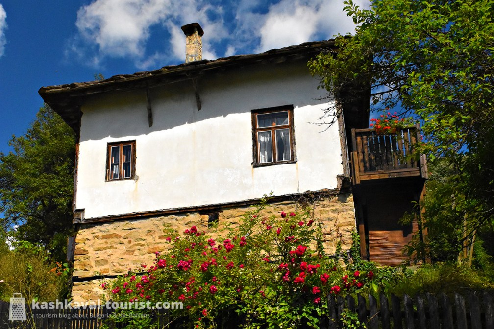 The village's cobblestoned alleys are home exclusively to authentic white-painted houses from the 18th and 19th centuries