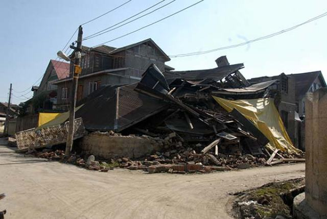Collapsed-house-during-floods-2014
