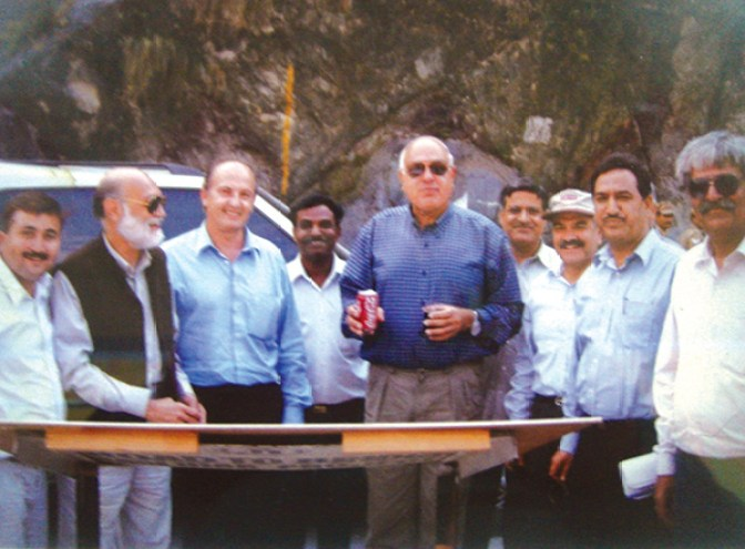 Inauguration: Dr. Farooq Abdullah with his team on the sight in September 1999.