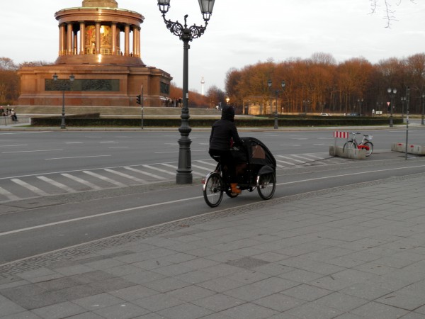 На улице что-то около градусов, а берлинские мамы катают своих детей вот в таких велоколясках. Берлин, вообще, город велосипедов