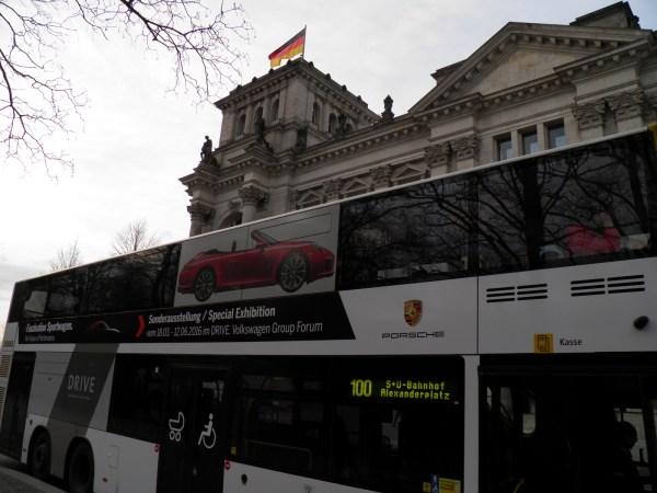 Рейсовый автобус №100 - двухпалубный: специальный туристический маршрут по центру города. Дополнительных билетов покупать не нужно