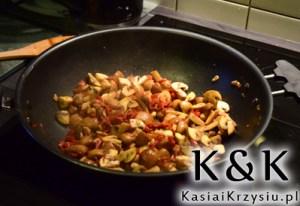 przygotowanie grzybów z pomidorami
