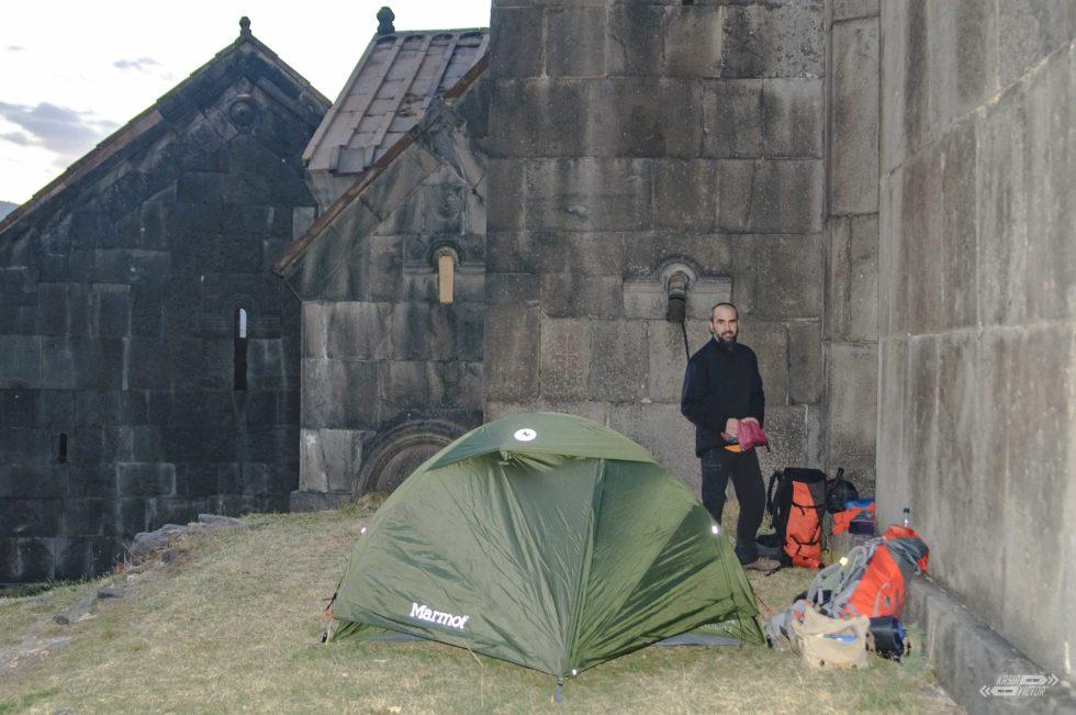 a nasz namiot był osłonięty klasztornymi murami.
