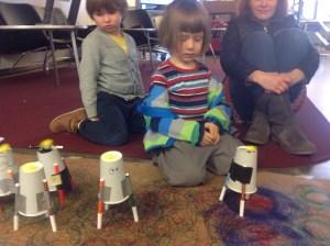 Lapset ihmettelevät piirtorobotteja (Piirtorobottipaja kaupunkiverstaalla 10.10.2015)