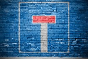 Ziegelsteinmauer mit Einbahnstrae Graffiti