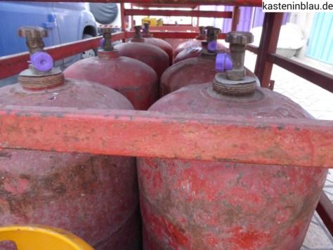 Rote Afriquia Gasflaschen vor jedem zweiten Laden