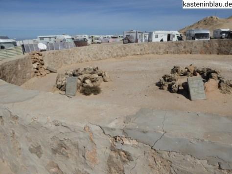 Gräber mitten auf dem Stellplatz