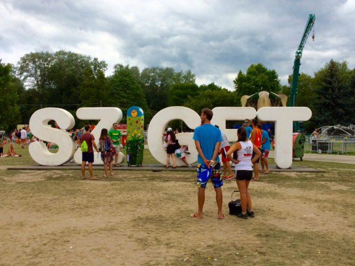 sziget festival sign pro tip making picture queue