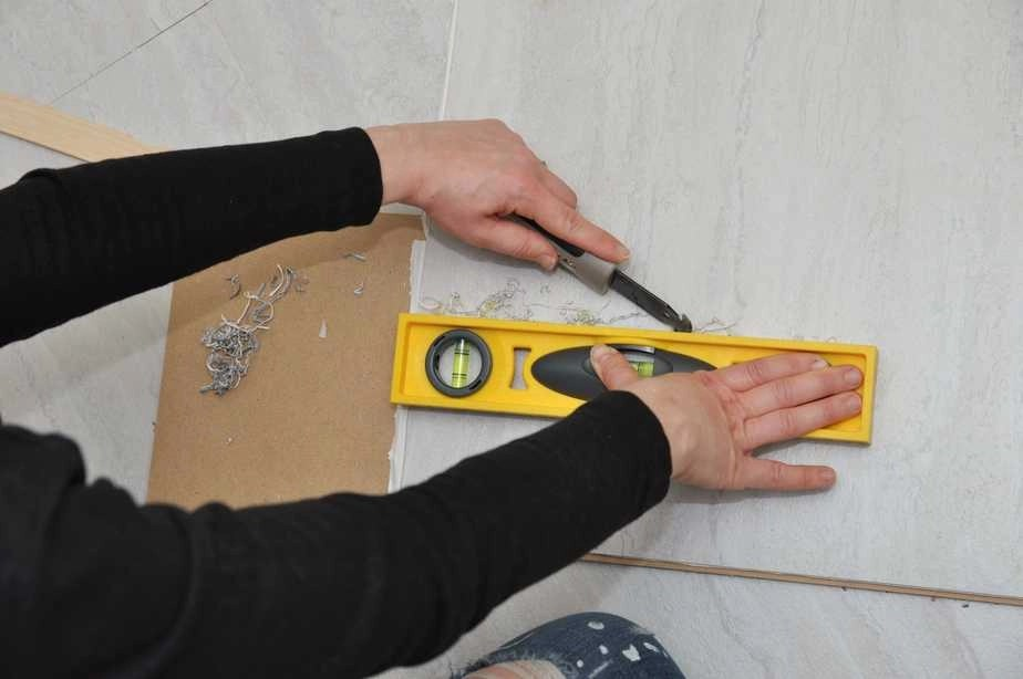 3 things you need to know before using peel and stick floor tile my cuts would end up being jagged or uneven or id accidently snap a tile in half while trying to for example cut an l shaped tile to fit around a corner dailygadgetfo Images
