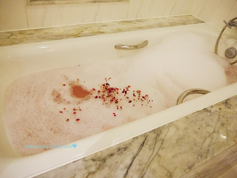 曼谷-蓮花酒店--衛浴設備 Lebua at state Tower suite shower room with Aromatherapy Associates essential oils & rose petals