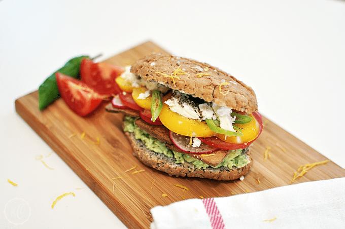 Gesunde Jause: Sandwich mit Tofu, Guacamole und Schafskäse