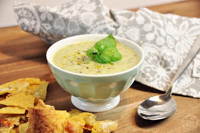 Grüne Gemüse-Kokos-Suppe mit Nacho-Chips